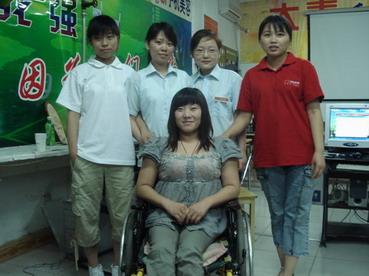 大秦向辽宁残疾女孩小丽捐赠1万多元的手机美容设备