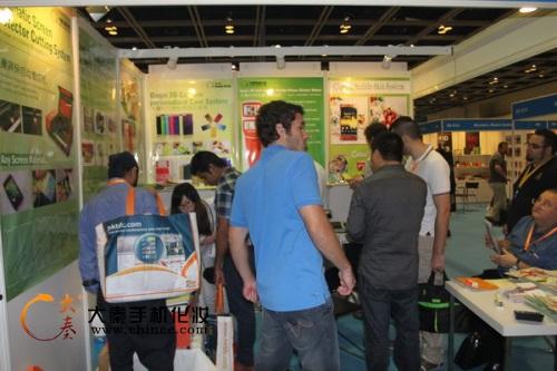 手机激光切膜机演示效果真好2013年香港消费电子展
